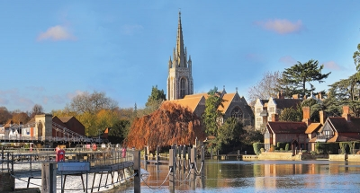 Oude Engelse stad langs de rivier Theems