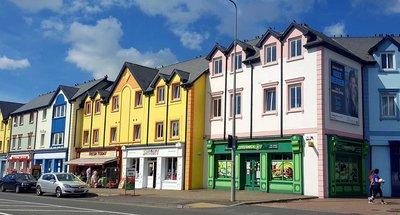 Kleurrijke huizen in Carrick-on-Shannon