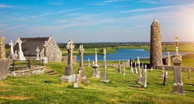 Oude kloosterruïnes in Clonmacnoise