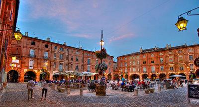 Het stadsplein van Montauban in de schemering