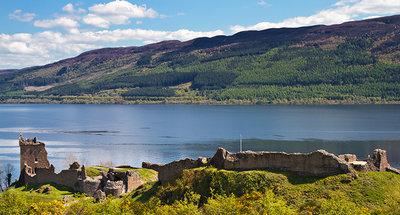 Urquhart kasteel aan de oever van Loch Ness