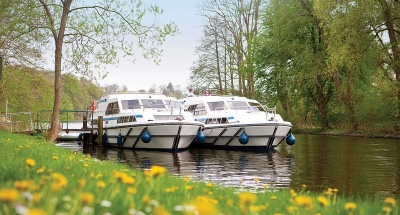 Twee Le Boat boten aangemeerd op het platteland