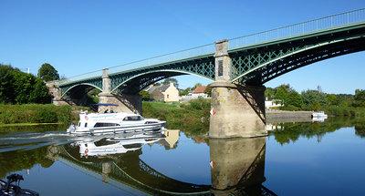 Onder een brug door varen in Messac