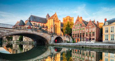 Middeleeuwse brug in de prachtige stad Gent