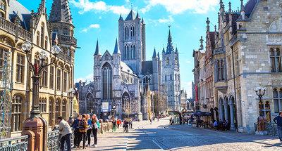 Kronkelende middeleeuwse straatjes van de stad Gent