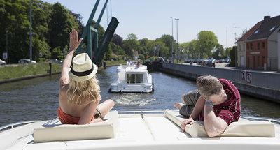 Relaxen in het zonnetje op de Belgische waterwegen