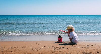 Meisje dat op het strand speelt