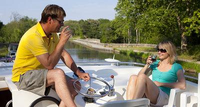 Genieten van Bourgondische wijn op het dek