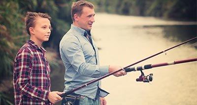 Vader en zoon vissen