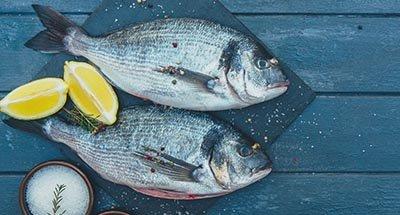 Vis met citroenpartjes