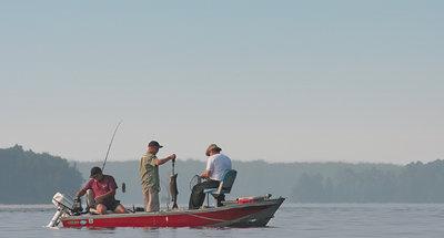 Drie mannen in een boot