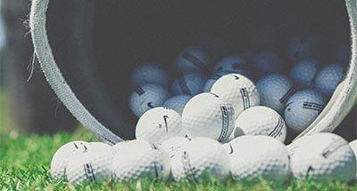 Golfballen die uit een zak vallen