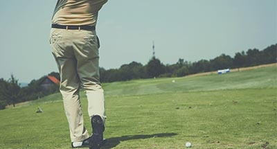 Golfer maakt een swing