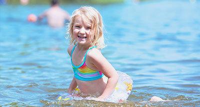 Zwemmend kind