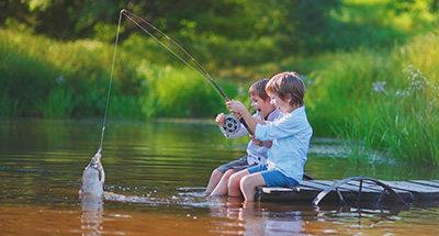 Kinderen die samen vissen