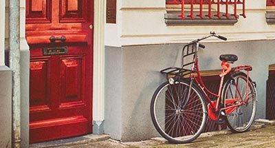 Rode fiets en rode deur