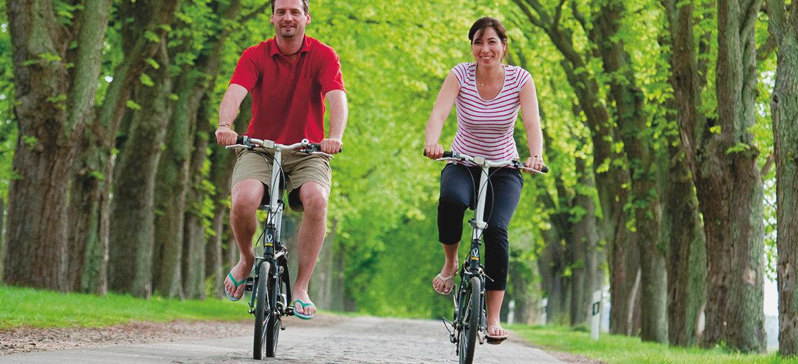 Een stel fietst in Spreewald, Duitsland