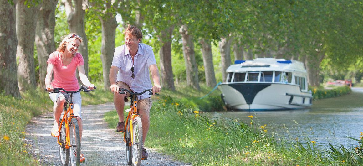 Een stel geniet van een fietstochtje op het platteland
